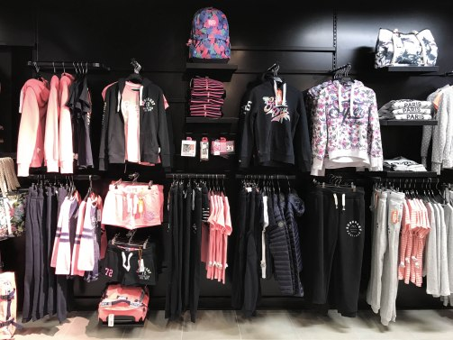visual-merchandising-corner-mode-femme-sport-concept-voligne-2